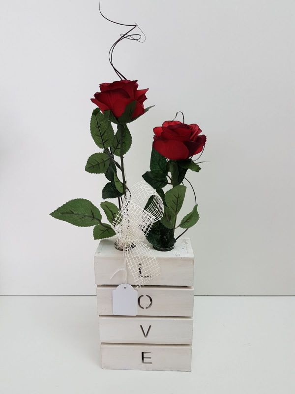 Base love madera blanco 2 rosas rojas