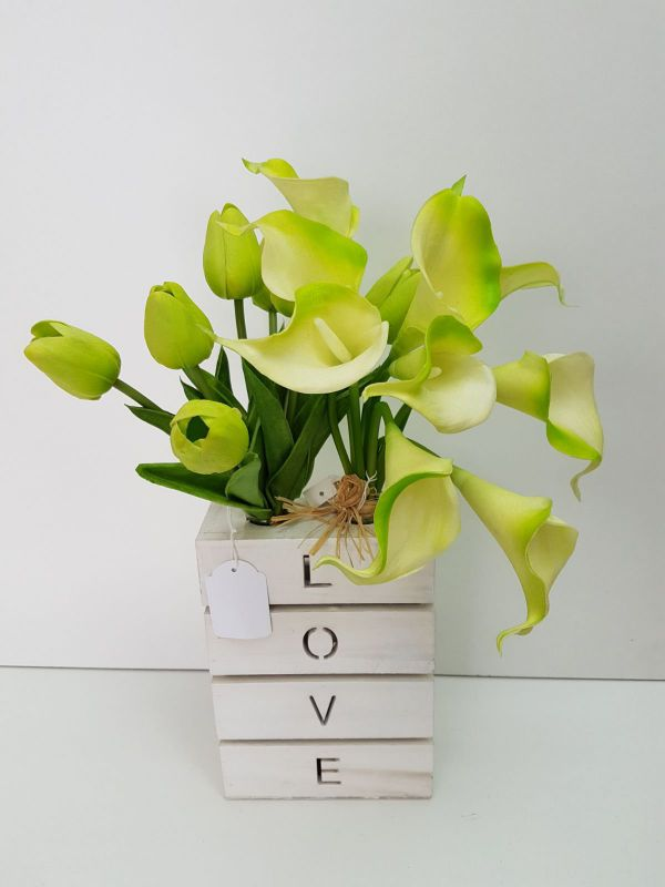 Base love madera blanco con tulipanes/calas